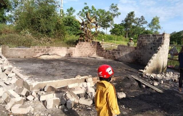 Người phụ nữ nghèo gục bên ngôi nhà bốc cháy lúc nửa đêm - 3