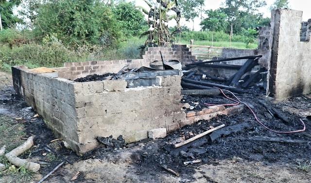 Người phụ nữ nghèo gục bên ngôi nhà bốc cháy lúc nửa đêm - 2