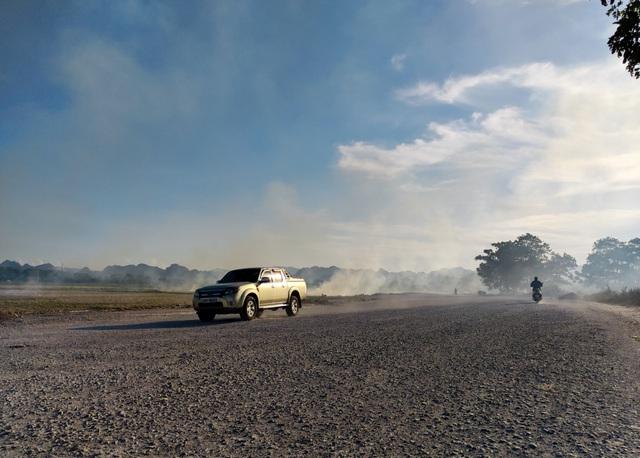 Hà Nội lại vào mùa đốt rơm, ngột ngạt đến tắc thở vì khói bụi - 8