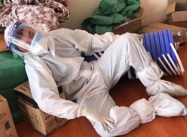 Y bác sĩ kiệt sức trong bộ đồ bảo hộ, đổ gục giữa nắng nóng ở tâm dịch - 4