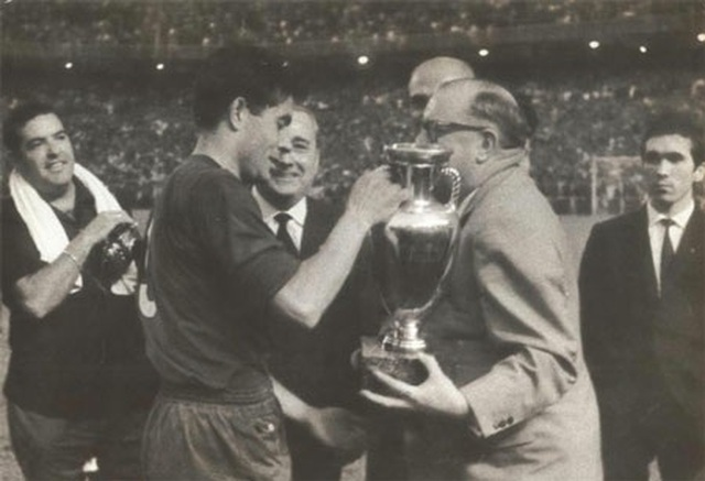 Các nhà vô địch vĩ đại qua 15 vòng chung kết Euro - 2