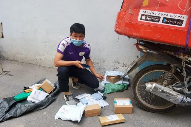 Hà Nội: Đội nắng 40 độ C, shipper làm không hết việc - 4