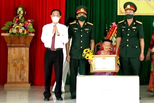Trao tặng mẹ Lê Thị Kính danh hiệu Bà mẹ Việt Nam anh hùng - 1