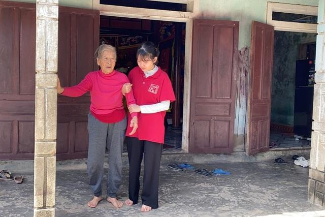 Các nhà hảo tâm giúp đỡ nữ sinh trường chuyên mồ côi gần 64 triệu đồng - 3