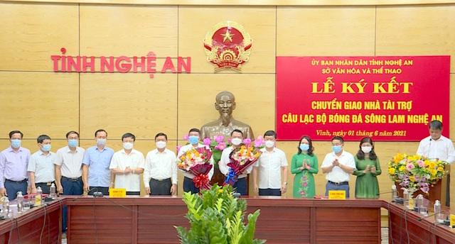 Lãnh đạo tỉnh Nghệ An tặng hoa chúc mừng nhà tài trợ CLB bóng đá Sông Lam Nghệ An (Ảnh: Nguyễn Nam)