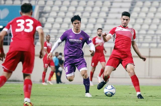 HLV Park Hang Seo tung hỏa mù, tuyển thủ Việt Nam mặc số áo lạ - 2