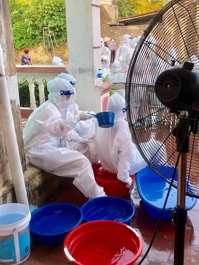 Thương cảm hình ảnh y bác sĩ dội nước đá lên người làm mát tại Bắc Giang  - 4