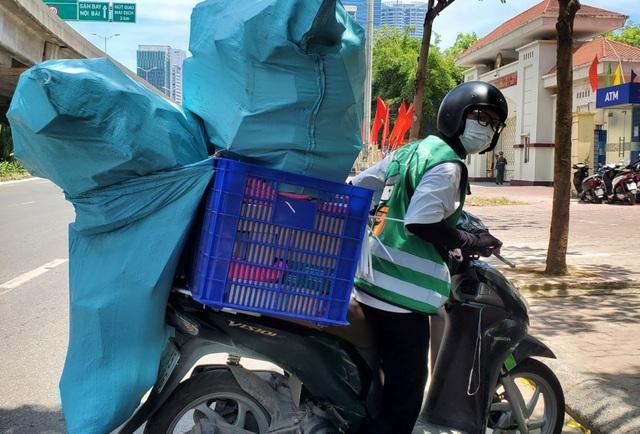 Hà Nội: Đội nắng 40 độ C, shipper làm không hết việc - 1