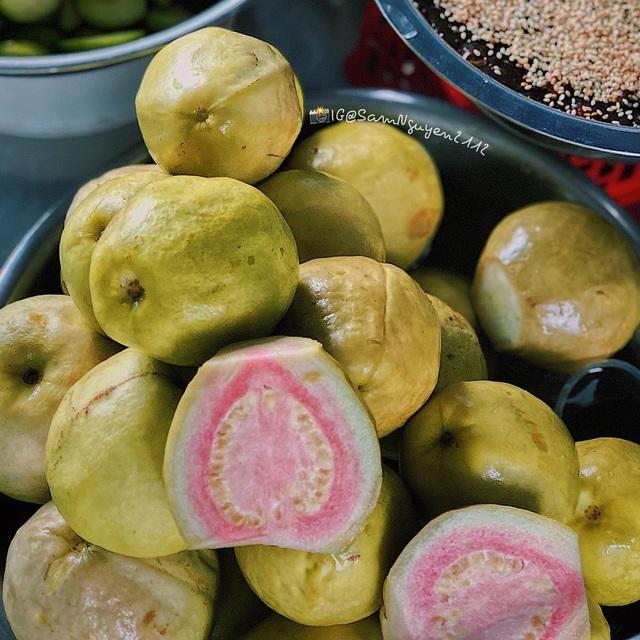 Xe trái cây dạo 30 năm gây nghiện với món lạ ổi luộc chấm mắm ruốc - 2