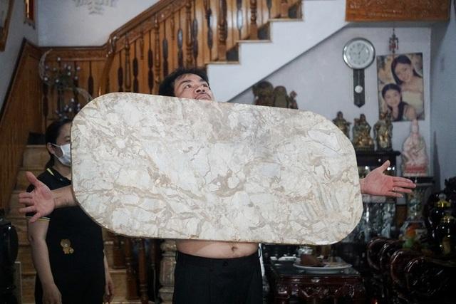 Kỳ lạ người đàn ông như nam châm khổng lồ, hút chặt các đồ vật vào cơ thể - 6