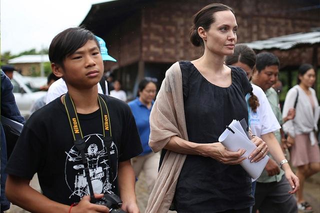 Con gái Triệu Vy từ thiện tiền tỷ, con Angelina Jolie đi giúp người nghèo - 4