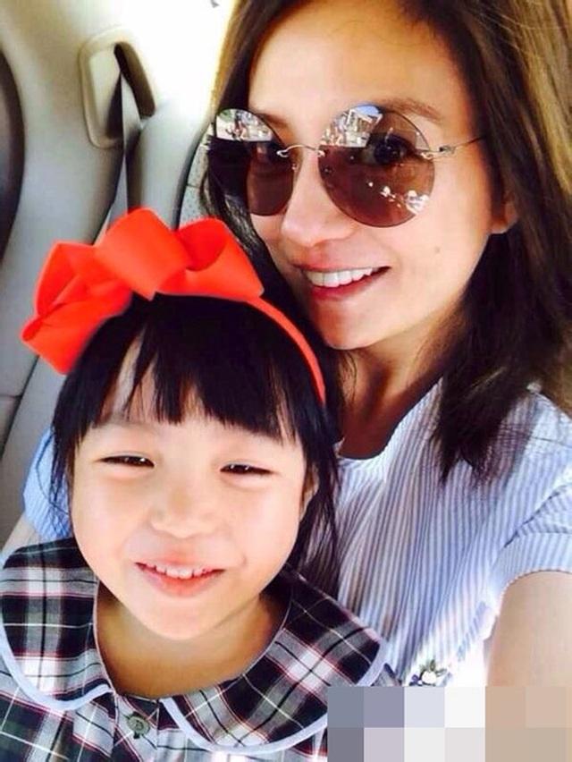 Con gái Triệu Vy từ thiện tiền tỷ, con Angelina Jolie đi giúp người nghèo - 2