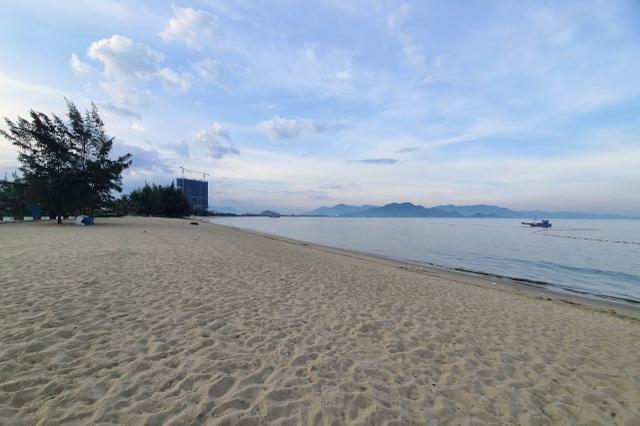 Biển Ninh Thuận vắng lặng không một bóng du khách - 1