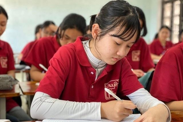 Các nhà hảo tâm giúp đỡ nữ sinh trường chuyên mồ côi gần 64 triệu đồng - 4