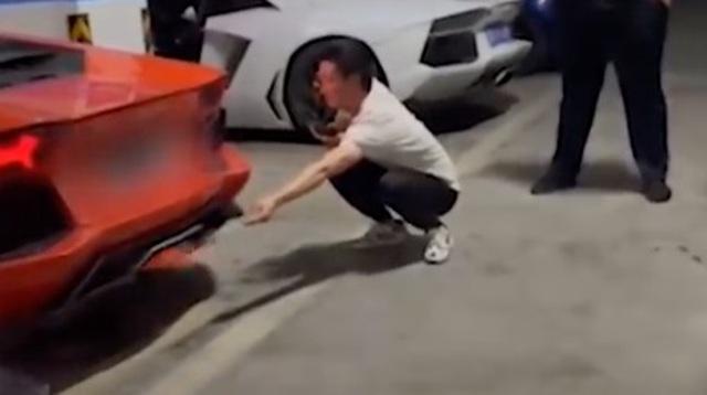 Siêu xe Lamborghini suýt cháy rụi vì trò chơi ngông nướng thịt bằng ống xả - 1