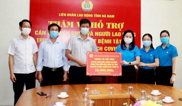 LĐLĐ tặng quà các cán bộ y tế tham gia phòng, chống dịch Covid-19 - 1
