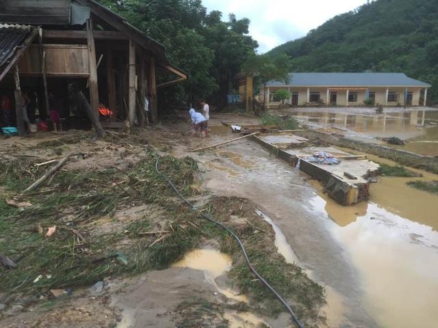 Trường THCS Yên Tĩnh (Tương Dương) thiệt hại nặng nề về tài sản, thiết bị đồ dùng dạy và học do lũ quét sau cơn bão số 4. May mắn, 104 học sinh nội trú đã được sơ tán kịp thời trước khi lũ tràn vào (ảnh Mạc Nguyên).