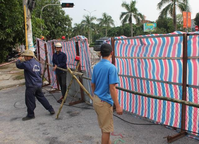 Đơn vị thi công dựng rào chắn ngăn người và phương tiện đi vào đoạn đường đang bị sụt lún (ảnh chụp sáng 16/9).