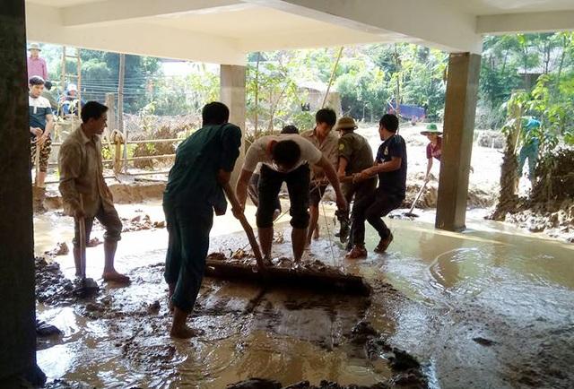 Người dân Yên Tĩnh dọn số bùn đất ngập trường học để con em sớm trở lại trường,