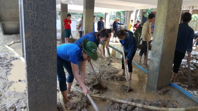 Những lớp đất bùn dày đến 30cm được lực lượng đoàn viên thanh niên đào đưa ra ngoài.