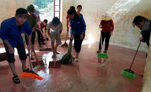 Đến ngày 16/9, các phòng học, phòng ở cơ bản được dọn sạch nhưng thiết bị dạy học, đồ dùng, đồ sinh hoạt... vẫn còn thiếu nhiều nên chưa thể gọi các em học sinh trở lại trường.