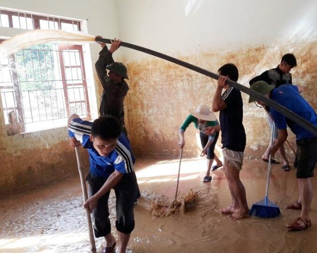 Những ngấn nước lưu lại trên tường đến hơn 1,5m, phải dùng máy bơm để rứa...