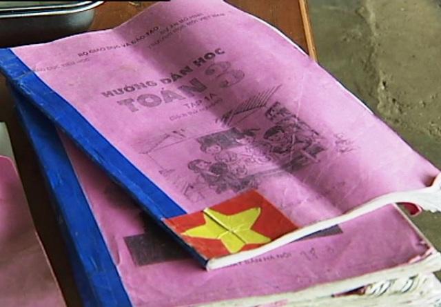 Một số phụ huynh tại Trường TH Kỳ Sơn và Trường TH Nghĩa Bình (Tân Kỳ, Nghệ An) phản ánh con em họ phải sử dụng sách dự án VNEN photo để học.