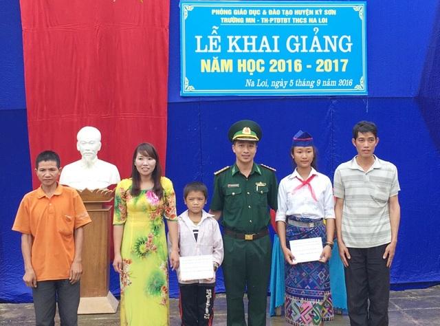 Đồn Biên phòng Na Loi trao số quà cho 2 học sinh được Đồn nhận hỗ trợ tại buổi lễ khai giảng năm học mới.