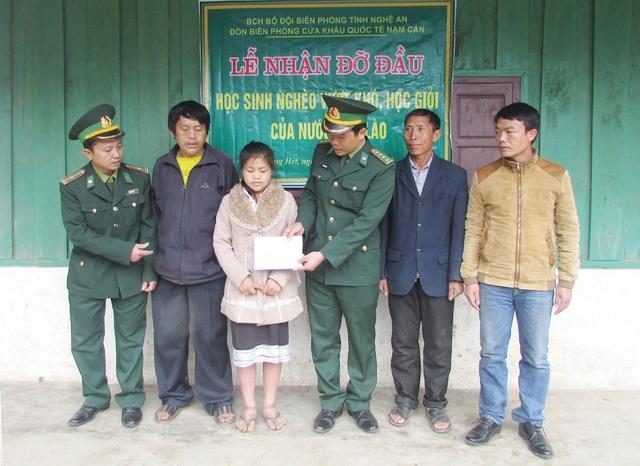 Đồn biên phòng Nậm Cắn (Kỳ Sơn, Nghệ An) trao tiền hỗ trợ và nhận đỡ đầu học sinh người Lào.
