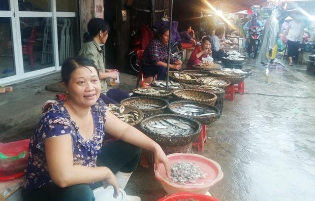 Nhiều gian hàng bán cá biển không có khách mua.