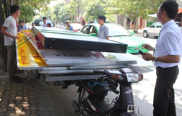 Sau khi va quệt với xe taxi, bỏ chạy qua 5 tuyến đường, gây hư hỏng 2 ô tô khác, chiếc xe máy chở theo rơ-moóc tự chế chở hàng cồng kềnh bị ép tấp vào lề. Thanh niên điều khiển xe máy và người đi cùng vứt xe lại và bỏ trốn.