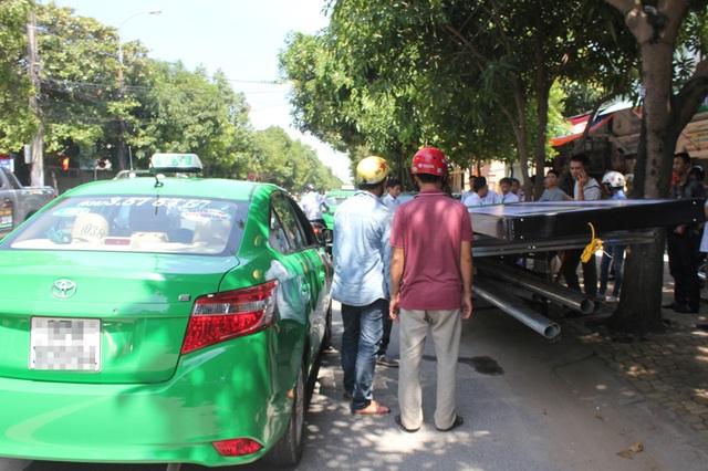 Chiếc xe máy chỉ chịu dừng lại sau khi bị khóa đầu, khóa đuôi bởi 2 chiếc taxi.