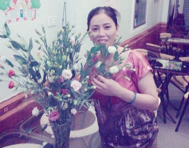 Mặc dù nằng nặc đòi quy đổi hoa sang vịt quay nhưng bó hoa con trai tặng được mẹ Thắng trưng bày ở chỗ trang trọng nhất trong nhà.