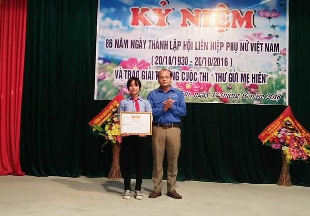 Anh Nguyễn Đình Hà - Bí thư Huyện đoàn Anh Sơn trao giải Nhất cuộc thi Thư gửi mẹ hiền cho Nguyễn Anh Thư.