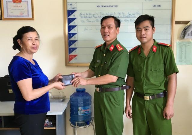 Chỉ huy đơn vị và Hạ sỹ Nguyễn Kim Danh trao trả tài sản cho thân nhân ông Đức.