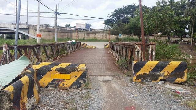 Cầu sắt xuống cấp nối đường Đặng Công Bỉnh với Quốc lộ 22