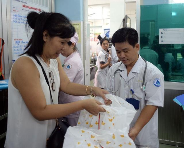 Sau khi trao quà ở chùa Kỳ Quang II, báo Dân trí tiếp tục hành trình mang Trung thu yêu thương đến với các cháu đang điều trị tại Bệnh viện Nhi Đồng I