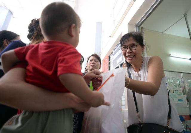 Nhà báo Lý Thị Toàn Thắng, Trưởng đại diện VPPN báo điện tử Dân trí trao quà và thăm hỏi, động viên các cháu