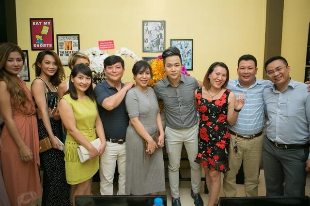 Ca sĩ Quách Tuấn Du cùng các doanh nhân trong đêm giao lưu