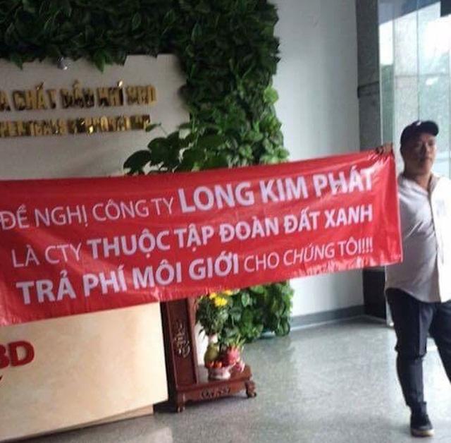 """Đối tác căng băng rôn: """"Đề nghị Công ty Long Kim Phát là công ty thuộc tập đoàn Đất Xanh trả phí môi giới cho chúng tôi""""."""