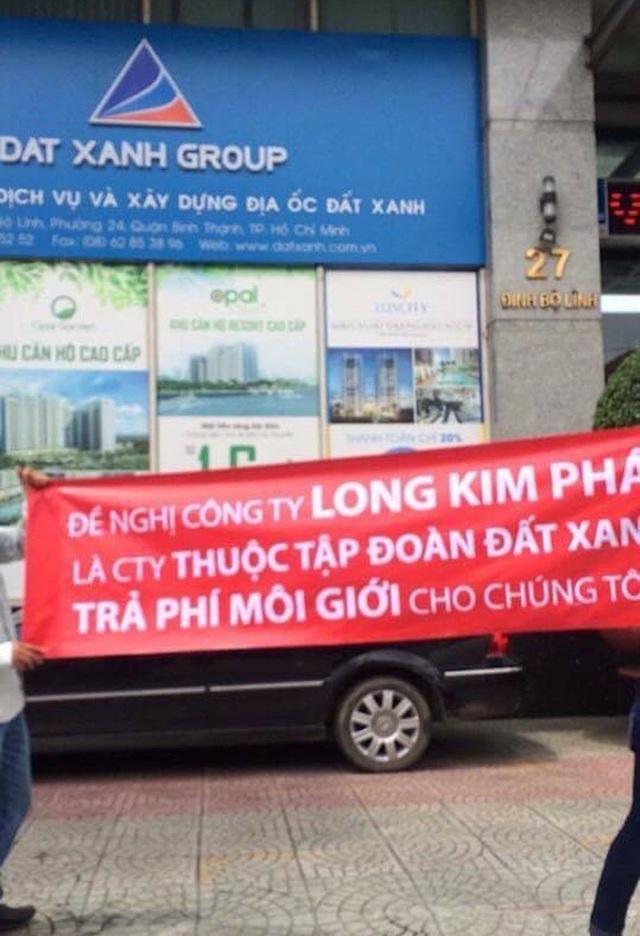 Trước đó, Kim Phát đã căng băng rôn tại Tập đoàn Đất Xanh để đòi tiền môi giới