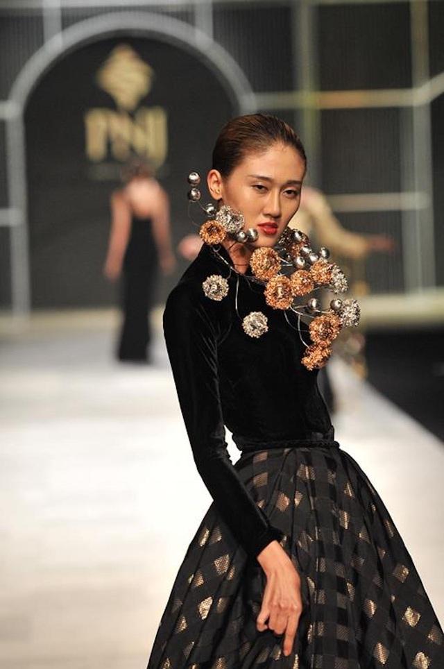 Thanh Hằng diện nguyên cây vàng, diễn xuất thần tại VIFW - 7