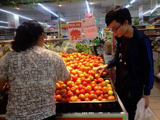 Ảnh chụp vào chiều 17/11 tại siêu thị BigC Bình Dương, mỗi khách hàng chỉ được mua 1kg cà chua
