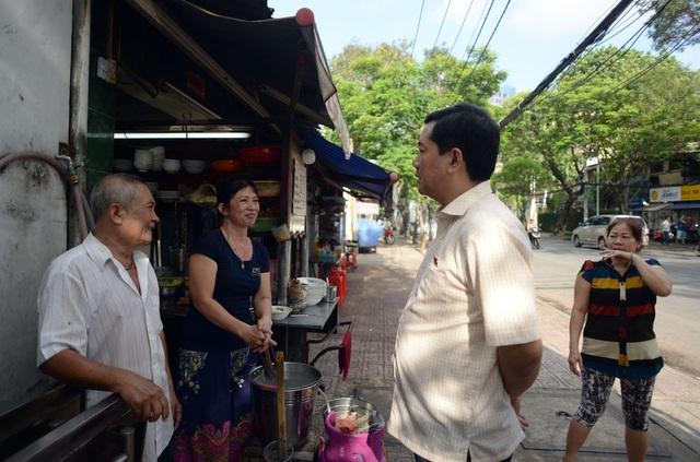 Trước khi bước vào cuộc họp, Bí thư Thăng đã dạo trên tuyến phố thăm hỏi đời sống của người dân