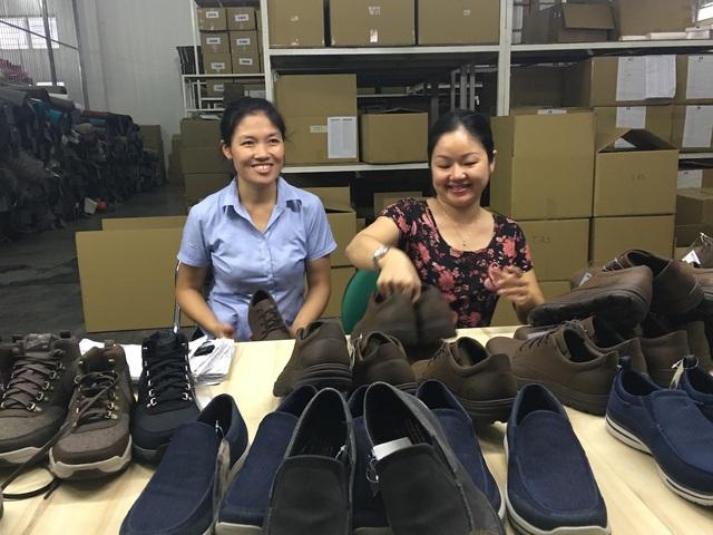 Kiểm định chất lượng giày trước khi xuất xưởng