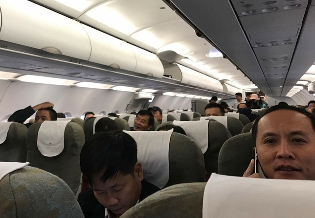 Khi máy bay đáp xuống sân bay Tân Sơn Nhất, sau gần 2 tiếng bay vòng vòng trên trời, hành khách liền gọi điện thông báo cho người thân yên tâm