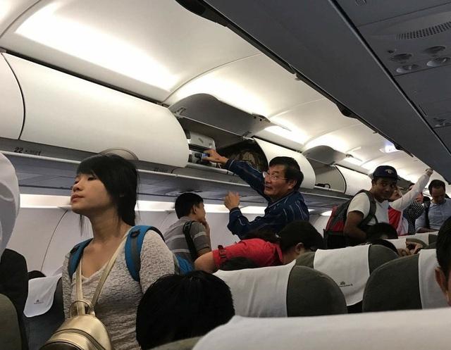 Đến 9h, chuyến bay VN1344 lại tiếp tục khởi hành đi Cam Ranh và hạ cánh an toàn.