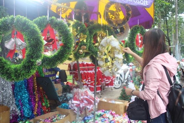 Nhiều bạn trẻ thích thú săn quà dịp Noel