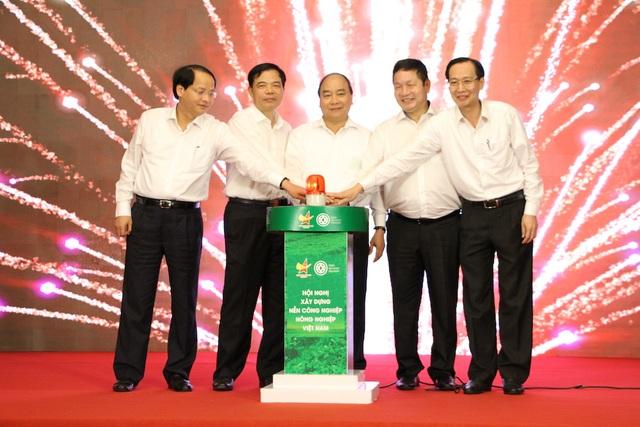 Thủ tướng và lãnh đạo Bộ Nông nghiệp, lãnh đạo Thành phố Hà Nội và TPHCM ấn nút khởi động chương trình Truy xuất nguồn gốc rau an toàn cho Hà Nội và TP HCM