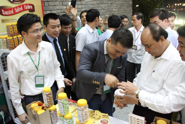 Thủ tướng tham quan các gian hàng của các thành viên DAA tại hội nghị